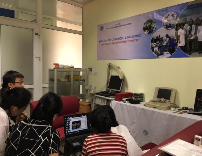 Thực hành đo thời gian phản xạ thính - thị vận động tại  Khoa Tâm sinh lý lao động và Ecgônômi
